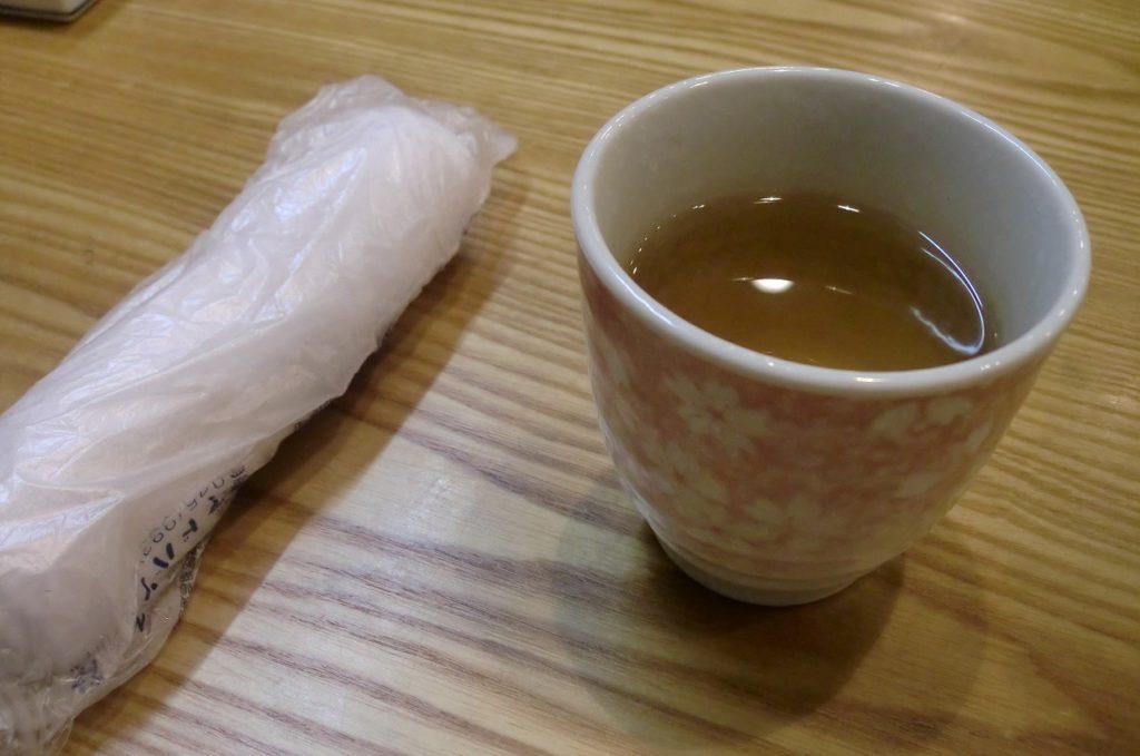 手打ちそば「おおつか」お茶とおしぼり